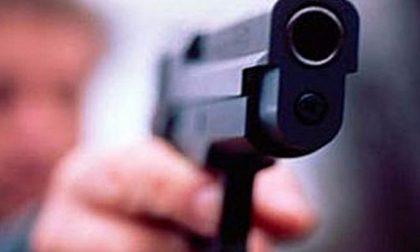 Sorprende la moglie con l'idraulico e lo minaccia con la pistola