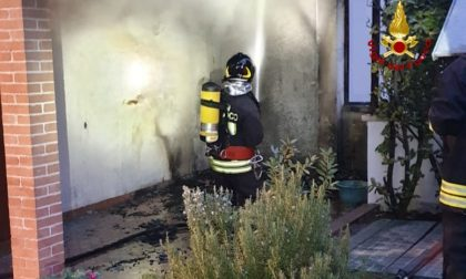 Incendio in un porticato: le fiamme partono da una stufa