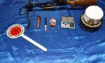 Denunciato per possesso di droga, coltello e balestra