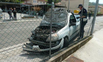 Perde il controllo dell'auto e sbanda urtando contro tre muretti