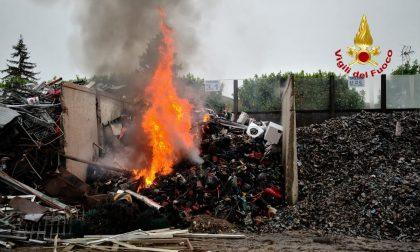 Si incendia un deposito di materiali ferrosi VIDEO