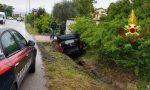 Auto nel fossato: due persone coinvolte