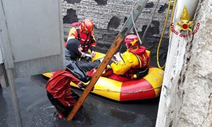 Sommozzatori salvano un uomo caduto in una vasca di fanghi industriali