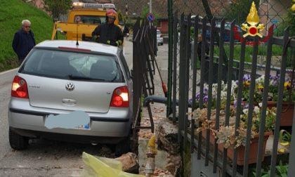 Perde il controllo dell'auto e causa una fuga di gas