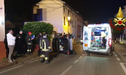 A Montecchio, resta incastrato nell'auto ribaltata
