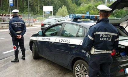 Pattuglia della Polizia Locale soccorre un'anziana in stato confusionale