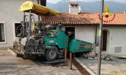 Macchina asfaltatrice finisce contro un'abitazione a Piovene Rocchette