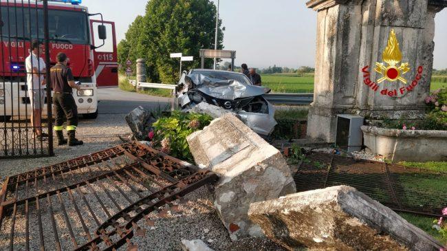 Perde il controllo dell'auto e abbatte il cancello di una villa del Settecento