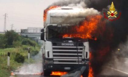 Paura in A4, autoarticolato in fiamme