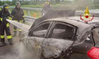 Auto in fiamme sull'autostrada: il conducente scende appena in tempo