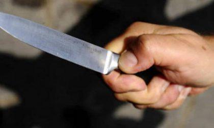 Accoltella il convivente durante una violenta lite: 35enne denunciato