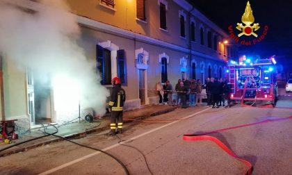 Casa in fiamme: L'intera abitazione danneggiata dal fumo