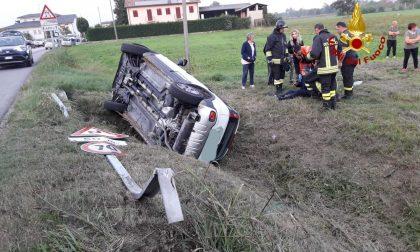 Auto finisce fuori strada: due feriti