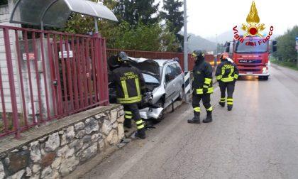 Perde il controllo e si schianta contro un cancello: Conducente ferita