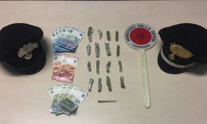 Fermano l'auto e trovano 16 involucri di marijuana destinati allo spaccio