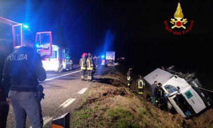 Camion portavalori si rovescia nel fossato: feriti i vigilantes