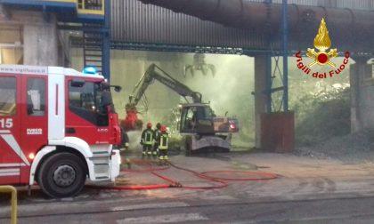 Il parco rottami dell'acciaieria Valbruna in fiamme