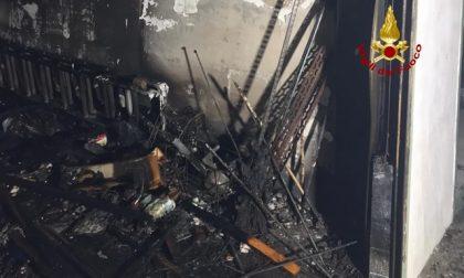 Garage seminterrato di un condominio prende fuoco