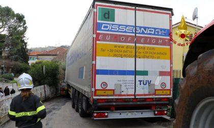 Camion incastrato tra le case, autista tradito dal navigatore