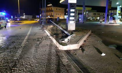 Finisce con l'auto contro un palo della luce di una stazione di servizio