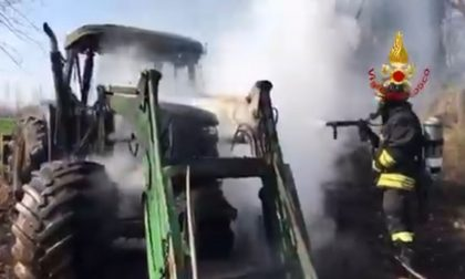 A Rosà, va a fuoco un trattore in un campo agricolo