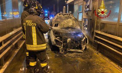 L'auto s'incendia mentre paga il pedaggio