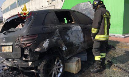 Auto a fuoco in un parcheggio a Rossano