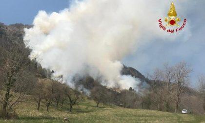"""Valle del Chiampo, vasto incendio: """"Spegnimento finirà domani"""" – VIDEO"""