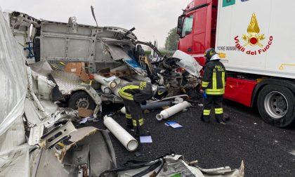 Terribile scontro in A4 tra camion e furgone: un ferito – FOTO