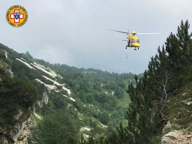 Si accascia e cade nel vuoto, tragedia ieri sulla Sisilla: morto un 63enne