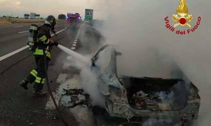 Paura in A4, auto prende fuoco tra i caselli di Montebello e Soave: salvi conducente e passeggero