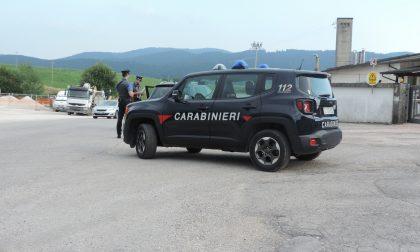 Inchiodano in mezzo alla strada e tentano l'inversione di marcia alla vista dei Carabinieri