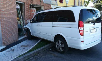 Thiene, perde il controllo del furgone ed entra nel centro estetico sfondando la vetrina
