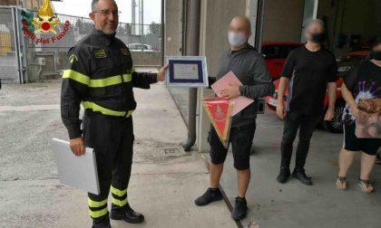 Grave incidente, dopo un anno incontra i Vigili del fuoco che lo strapparono alla morte