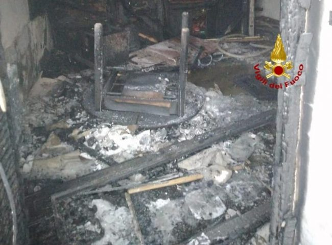 Famiglia si lancia nel vuoto per sfuggire alle fiamme a Schio: lui è ferito gravemente
