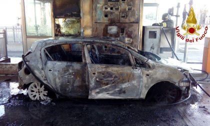 Paura al casello di Breganze, l'auto prende fuoco mentre pagano il pedaggio: vivi per miracolo