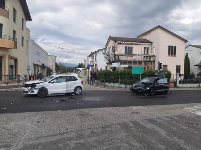 Incidente Dueville, scontro frontale tra due auto: miracolosamente illesi i due guidatori