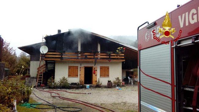 Canna fumaria prende fuoco e l'incendio si estende al tetto in legno della villetta: paura a Solagna