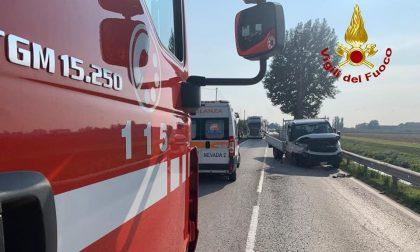 Noventa Vicentina, violento frontale tra auto e furgone: donna ferita. Vicenza: perdita di gas, auto in fiamme – VIDEO