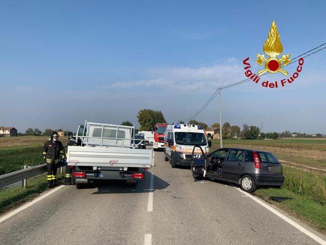 Noventa Vicentina, violento frontale tra auto e furgone: donna ferita. Vicenza: perdita di gas, auto in fiamme - VIDEO