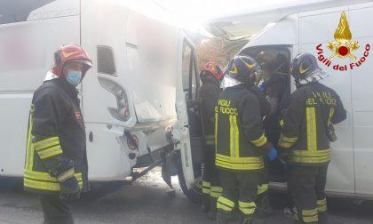 Montecchio Maggiore, scuolabus tamponato da furgone: l'autista ferita estratta dalla lamiere – FOTO