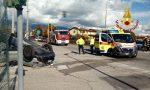 Scontro con l'ambulanza in codice rosso, auto capovolta: ferita una donna