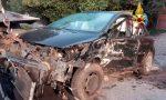Si schianta all'alba contro un cancello: auto distrutta, conducente estratto dalle lamiere – FOTO