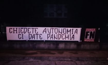 """Zaia contestato a Rovigo da Forza Nuova: """"Chiedete autonomia, ci date pandemia!"""""""