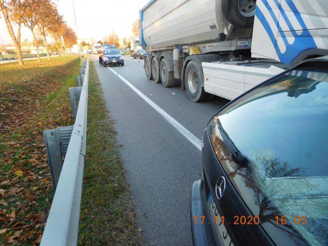 Incidente a Thiene, scontro tra auto e camion: 52enne ferito