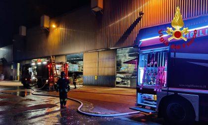 Incendio fonderia a Schio, dall'altoforno fuoriesce materiale fuso: rogo domato all'alba – FOTO