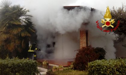 Paura a Rosà, incendio in una villetta: distrutto il laboratorio di hobbistica – FOTO