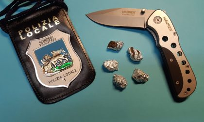 Hashish e coltello in tasca a 14 anni appena compiuti: denunciato