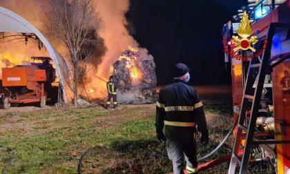 Trecento balle di fieno in fiamme nell'agriturismo: Vigili del fuoco al lavoro – FOTO