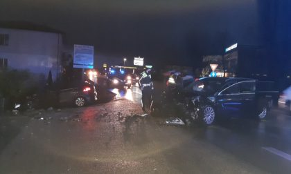 64enne perde il controllo dell'auto e si schianta contro un altro veicolo: 6 feriti in ospedale